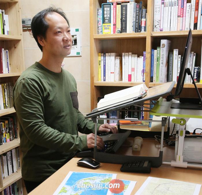 번역가 노승영은 의자를 빼고 서서 작업한다. 하루에 200자 원고지 45장을 한국어로 옮기는 성실한 노동자. 기계적인 '영혼 없는 직역' 과 자의적인 '아몰랑 의역' 사이에서 정확하고 유려한 번역이 그의 목표다.