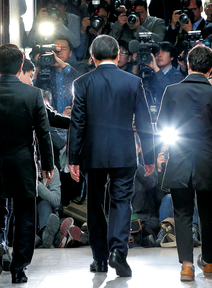 김무성, 내분 속으로 - 김무성 새누리당 대표가 18일 오전 국회에서 열린 최고위원회의에 참석하기 위해 회의실로 입장하고 있다. 이날 최고위는 최고위원 간 이견으로 결론 없이 끝났다.