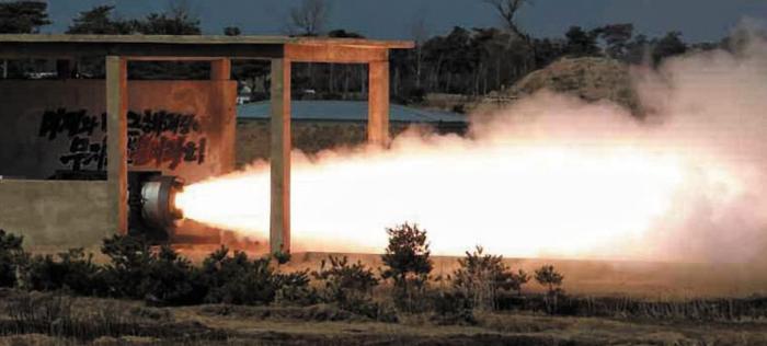 북한 노동신문이 24일 공개한 로켓 엔진 실험 장면.