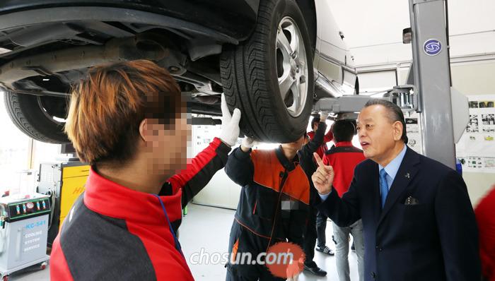 지난 24일 한국소년보호협회 예스센터의 자동차학과 실습장에서 이중명(오른쪽) 이사장과 교육생이 이야기를 나누고 있다.