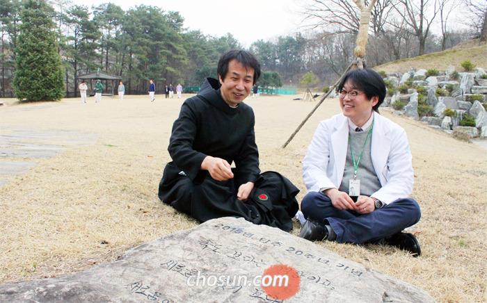 경기 이천 성안드레아병원 마당 곳곳엔 단주(斷酒)를 기념해 세운 비석과 나무가 있다. 병원장 김선규 수사와 박한선 전문의가 작년에 처음 탄생한 '단주 20년 기념비' 앞에서 이야기를 나누고 있다.