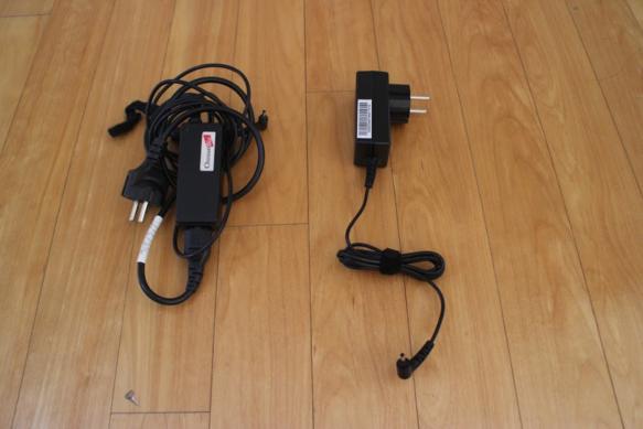 크롬북11의 어댑터(오른쪽)는 가벼웠다. 기존에 쓰던  노트북의 어댑터와 비교해봤다. /류현정 기자