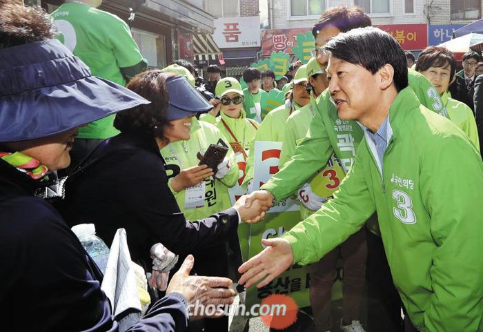 국민의당 안철수 대표가 4일 서울 용산구 용문시장에서 곽태원(용산) 후보와 함께 시민들과 악수하고 있다.