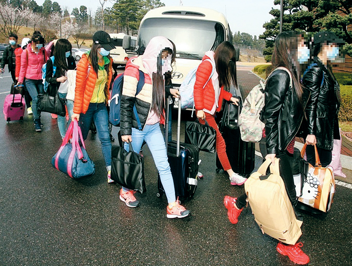 남자 지배인 1명과 여자 종업원 12명인 이들이 탈북 배경 등을 조사 받기 위해 경기도 시흥시 북한이탈주민보호센터로 이동하고 있다.