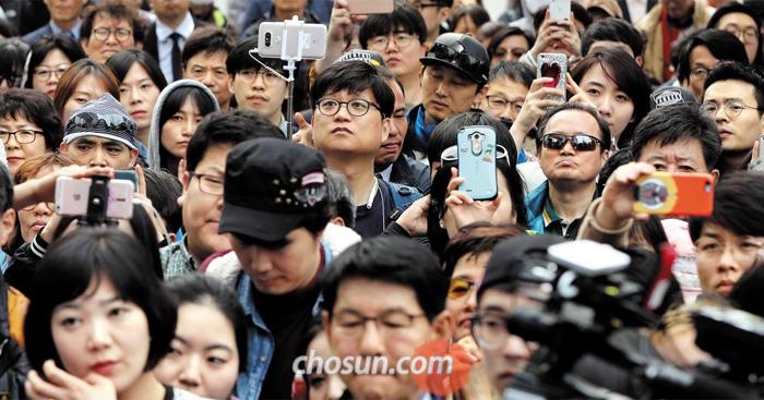 유권자들이 지켜보고 있다 - 총선을 사흘 앞둔 10일 서울 홍익대 앞에 모인 시민들이 선거 유세를 지켜보고 있다. 시민들은 휴대전화 카메라로 유세 장면을 촬영하는 등 높은 관심을 보였다.