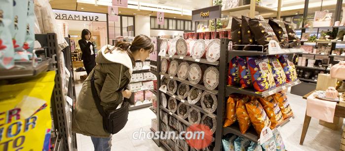 지난 7일 서울 청담동 SM 사옥 지하'SUM 마켓'에서 물건을 살펴보는 외국인 관광객들.