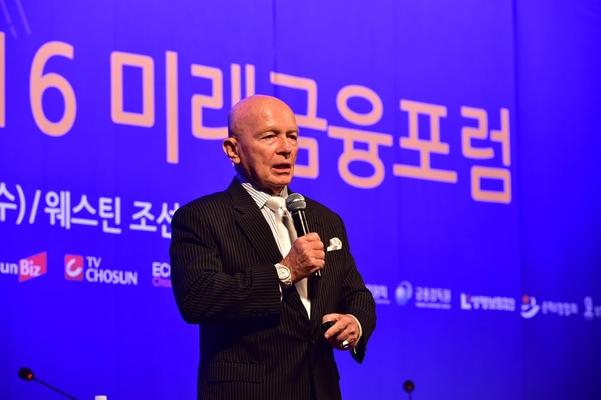 조선비즈가 주최한 '2016년 미래금융포럼'에 참석한 마크 모비우스 회장이 기조연설을 하고 있다.