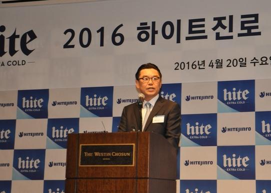 김인규 하이트진로 사장이 20일 서울 조선호텔에서 기자간담회를 열고 신제품 '올 뉴 하이트'에 대해 설명하고 있다. /오유신 기자