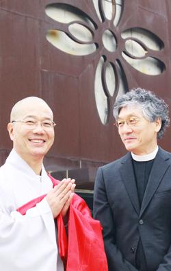 성공회대 성미가엘성당 앞에 선 이정구(오른쪽) 총장 신부와 법현 스님.