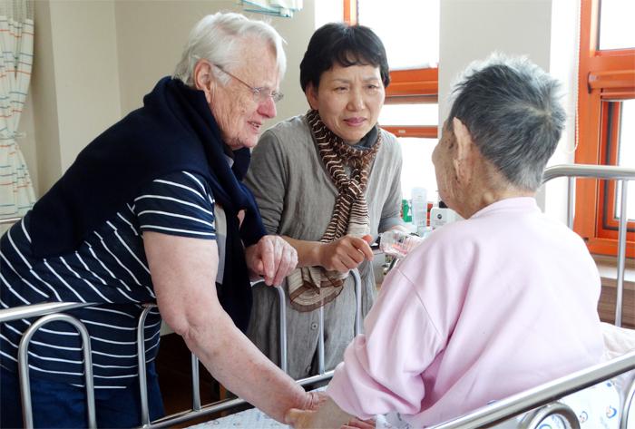 1962년부터 43년간 소록도에서 한센인들을 돌보다 2005년 모국인 오스트리아로 귀국했던 마리안느 스퇴거(왼쪽) 수녀가 11년 만에 소록도를 다시 찾아 환자를 만나고 있다. 오른쪽은 수녀와 가장 가까웠던 박성이 전 소록도병원 간호팀장.