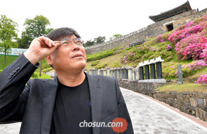 역사소설 '금강'의 작가 김홍정씨가 금강을 굽어보는 공주산성을 찾았다.