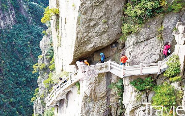 아찔한 절벽과 웅장한 기암괴석 사이로 좁은 길이 미로처럼 이어져 있다