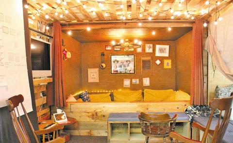 침대가 있는 가정집의 모습을 본뜬 에어비앤비 회의실.