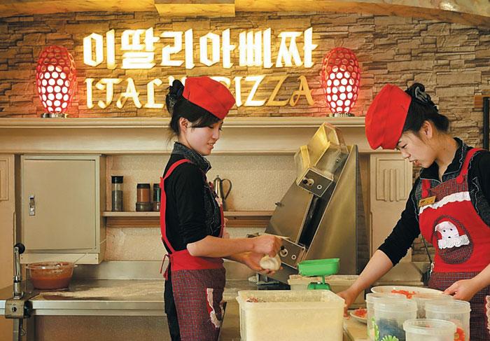 15일(현지 시각) 워싱턴포스트가 공개한 북한 평양 미래과학자 도로에 있는 피자 가게.