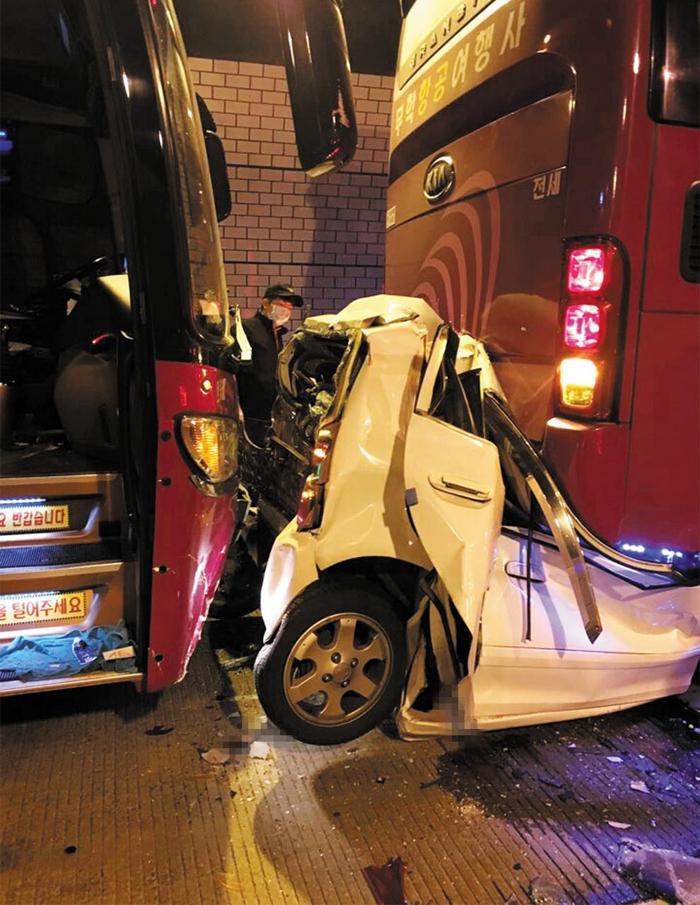 16일 오전 60여명의 사상자를 낸 경남 남해고속도로 창원1터널 내부의 9중 추돌 사고 현장에서 모닝 승용차가 관광버스 사이에 끼여 형체를 알 수 없을 정도로 찌그러져 있다. 이번 사고의 사망자 4명은 모두 이 차량에 타고 있다가 변을 당했다.