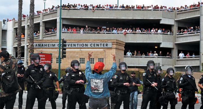 """트럼프 유세 현장서 '反트럼프' 시위 - 25일(현지 시각) 미국 캘리포니아주(州) 애너하임 컨벤션센터에서 열린 공화당의 대통령 후보 도널드 트럼프의 유세 현장에서 '반(反)트럼프' 시위가 열렸다. 시위대는 컨벤션센터 앞 도로를 점거하고 """"트럼프는 물러가라""""는 구호를 외쳤다. 이 과정에서 경찰에 돌을 던지며 저항한 시위대 8명이 연행됐다."""