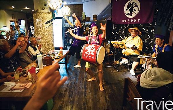 일본 전국적으로 유명세를 떨치고 있는 주점 '우사기야うさぎや'. 이곳에서는 매일 오키나와 민요와 전통 춤이 펼쳐진다