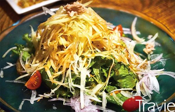 현지에서 생산되는 파파야로 만든 샐러드. 일본식 드레싱과 어우러져 아주 상큼하다