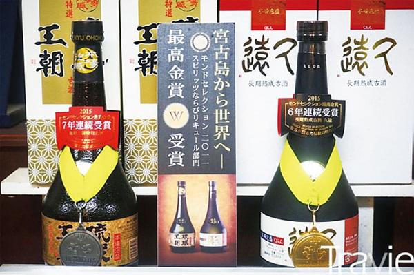 미야코지마를 대표하는 술 '아와모리'. '타라가와多良川' 주조장에서 만든 아와모리는 명품으로 취급받는다. 그중 '류큐오초琉球王朝'를 포함한 두 개의 브랜드가 몽드 셀렉션에서 금상과 은상을 수상했다