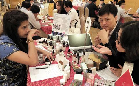 지난 1일 GS홈쇼핑이 말레이시아 쿠알라룸푸르에서 주최한'아시아 시장개척단 수출상담회'에서 한국 중소기업 관계자들이 현지 바이어들을 대상으로 제품을 설명하고 있다.