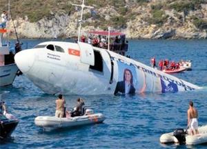 4일(현지 시각) 터키 휴양 도시인 쿠사다시 앞바다에서 길이 54m의 에어버스 300 항공기가 가라앉고 있다. 쿠사다시가 속한 아이딘주(州) 정부는 이 항공기를 산호와 물고기 서식처로 변신시킨 뒤, 다이빙을 즐기려는 외국 관광객을 유치하겠다고 밝혔다.