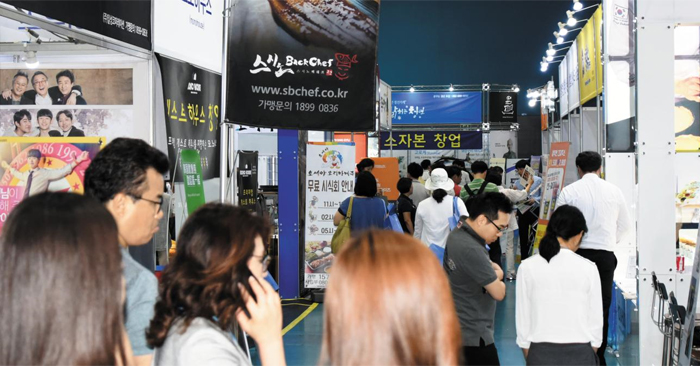 9일 서울 대치동 서울무역전시장(SETEC)에서 열린 '제13회 서울 국제 프랜차이즈 창업박람회'에서 참가자들이 141개 브랜드의 부스를 둘러보고 있다.