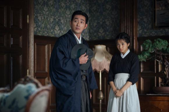 영화 '아가씨'에서 하정우는 아가씨와 하녀 사이에서 줄타기를 하는 사기꾼으로 분했다.