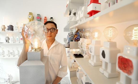 아티스트 김용호가 신사동 코너아트스페이스에서 스스로 빛나는 존재, '모던 보이' 컬래버래이션 전시를 하고 있다. 6월 11일부터 7월 2일까지./사진=박상훈 기자