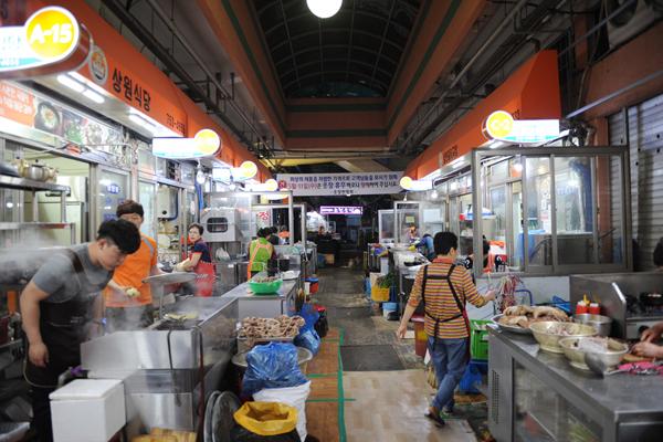 웃장시장에는 이곳의 명물 '웃장국밥'을 맛볼 수 있는 골목이 있다.