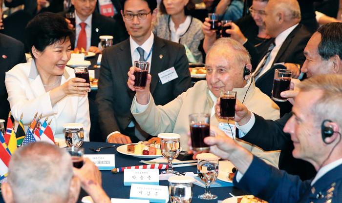 박근혜 대통령과 세이모어 번스타인(오른쪽) 등 6·25 전쟁 참전 용사들이 24일 서울 롯데호텔에서 열린'6·25전쟁 제66주년 국군 및 UN군 참전 유공자 위로연'에서 건배하고 있다.