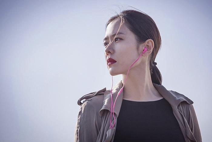 손예진은 이 영화에서 중학생 딸을 둔 엄마 연홍 역을 맡았다. 집요하고, 의심 많고, 잘 흥분하는 데다 똑똑하지도 않은 캐릭터를 열연하며 낯선 얼굴을 보여준다.