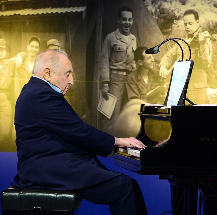 27일 서울 웨스틴조선호텔에서 열린 6·25 참전용사 감사 만찬에서 전우들을 위해 64년 만에 리사이틀을 연 세이모어 번스타인이 피아노를 연주하고 있다.