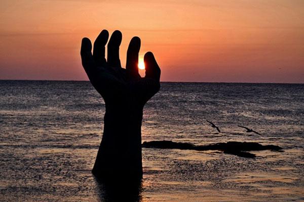 청동소재로 바다와 육지에 각각 설치된 상생의 손