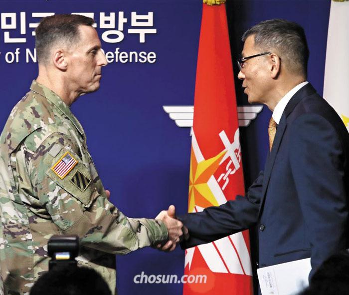 류제승(오른쪽) 국방부 국방정책실장과 토머스 밴달 주한 미군사령부 참모장이 이날 사드 배치를 발표한 뒤 악수하고 있다.
