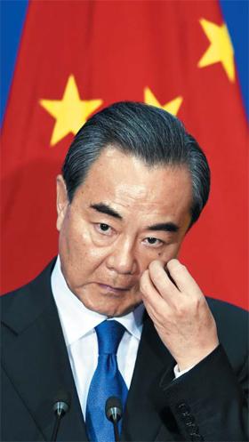"""9일(현지 시각) 스리랑카 콜롬보를 방문 중인 왕이 중국 외교부장이 기자회견을 통해 """"사드(THAAD) 배치는 한반도 방어 필요성과 거리가 멀다""""며 """"이에 대해서는 그 어떤 변명도 궁색하다""""고 했다."""