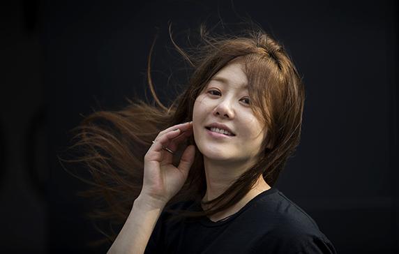 좀처럼 화장기를 들이지 않는 배우 고현정의 얼굴. 사람도 얼굴도 억지스러운 데 가 전혀 없다./사진=김지호 기자