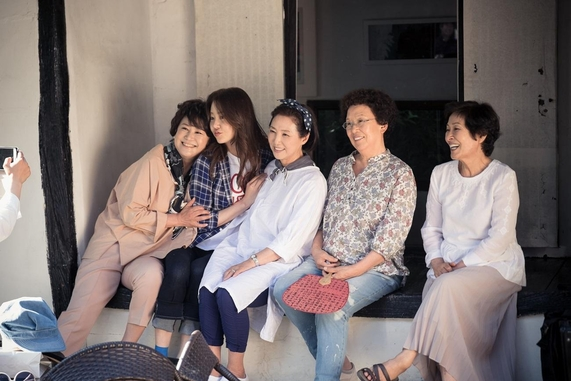 tvN 드라마 '디어 마이 프렌즈'의 아름다운 여배우들. 왼쪽부터 박원숙, 고현정, 고두심, 나문희, 김혜자. 어른 잘 모시기로 유명한 고현정은 어휘도 '처삼촌 묘에 벌초하듯 한다'거나 '심심하면 이빨도 뽑는다고'같은 옛 속담들을 일상에서 즐겨 사용한다. /사진=tvN 제공