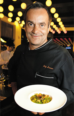 """프랑스 유명 요리사 다미앙 뒤켄은 """"완두콩처럼 평범한 재료로도 훌륭한 프랑스 요리를 만들 수 있다""""고 했다."""