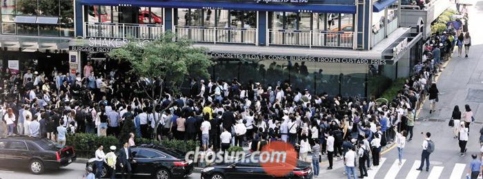 22일 서울 강남역 부근에 문을 연 '쉐이크쉑'매장에 버거를 먹기 위해 몰려든 사람들로 일대가 혼잡을 빚었다.