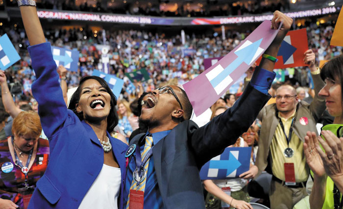 26일(현지 시각) 미국 펜실베이니아주(州) 필라델피아의 농구 경기장'웰스파고 센터'에서 열린 민주당 전당대회 이틀째 행사에서 힐러리 클린턴 전 국무장관이 미국 주요 정당 사상 최초의 여성 대선(大選) 후보로 선출되자 대의원들이 환호하고 있다.