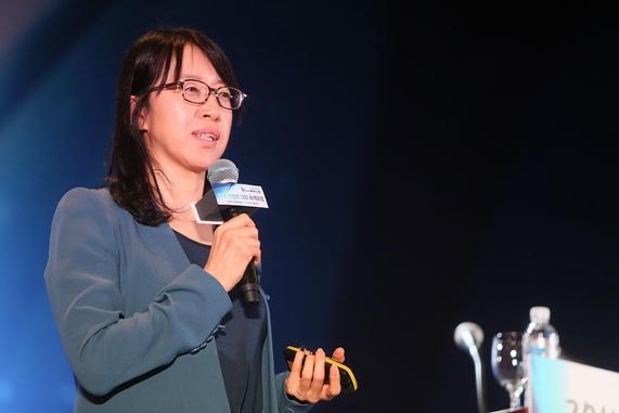 박명순 SK텔레콤 미래기술원장이 28일 강원 평창 알펜시아리조트에서 열린 '2016 전경련 CEO 하계포럼'에서 '인공지능 시대'를 주제로 강연하고 있다./전경련 제공