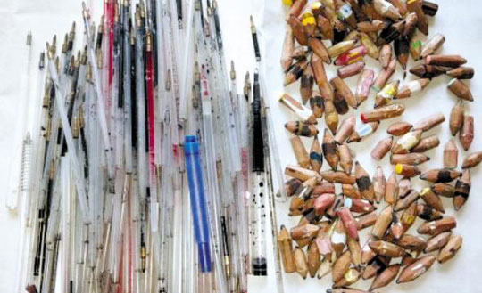 빈 볼펜심(왼쪽)과 몽당연필.