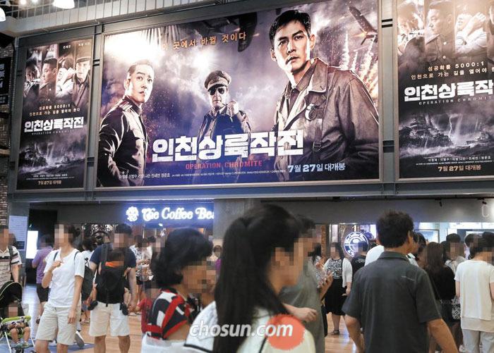 31일 오후 서울 삼성동의 복합 상영관을 찾은 영화 관람객들.