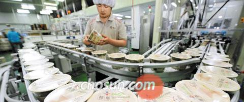 지난 25일 부산 사하구 CJ제일제당 부산공장에서 중국어로'韓飯'(한반)이라고 쓰인 햇반 컵반이 쏟아져 나오고 있다.