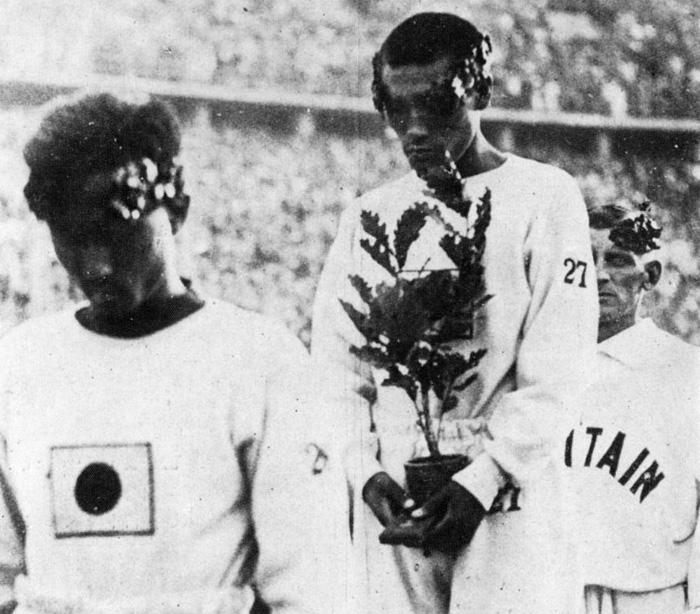 1936년 8월 9일 베를린올림픽 마라톤 부문 시상식.