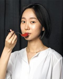 옻칠한 숟가락을 든 디자이너 전진현씨