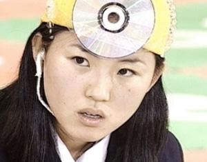 1999년 김씨가 KBS' 도전 골든벨'에 출연해 문제를 푸는 모습.