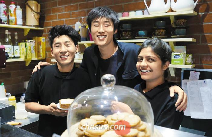 인도에서 한국 음식점 코리스를 창업한 이상훈씨(가운데)가 인도 직원들과 함께 어깨동무를 한 채 웃고 있다.