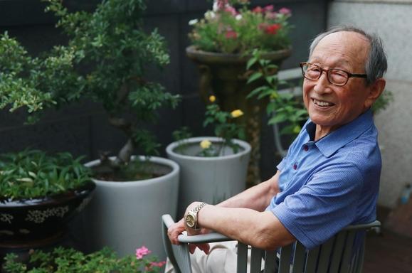한국 철학계의 1세대 교육자이자 베스트셀러 수필가인 연세대학교 철학과 명예 교수 김형석(97세). 최근 100세 인생 가이드 '백세를 살아보니'를 펴내고 바쁜 나날을 보내고 있다./사진=이태경 기자