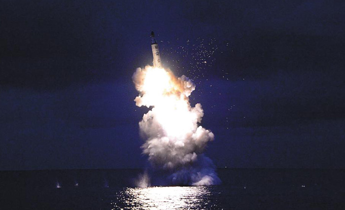 북한의 잠수함발사탄도미사일(SLBM)' 북극성'이 지난 24일 함경남도 신포항 부근 해역에서 시험 발사되고 있다.